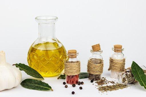 aceite de oliva con especias en frascos