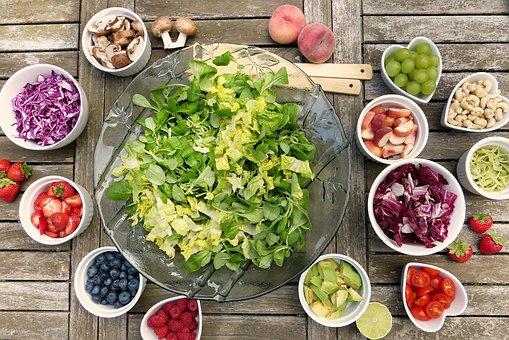 mesa preparada y llena de alimentos saludables