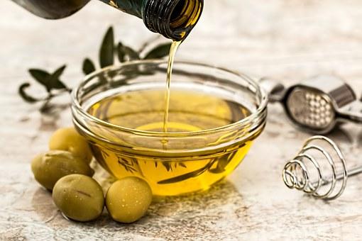 aceite de oliva con aceitunas fresco