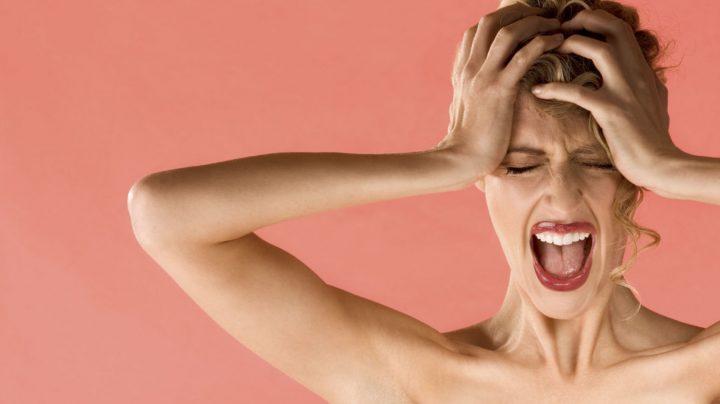 Mujer agarrándose la cabeza por la migraña
