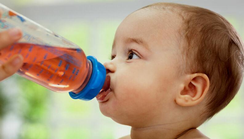 Bebé consumiendo jugo de pasas
