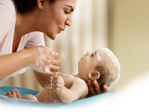 Mamá bañando a bebé