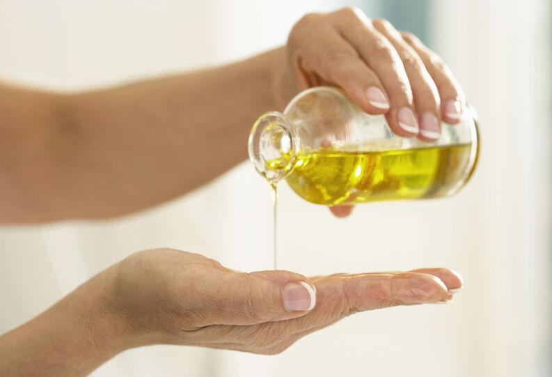 Manos con aceite corporal