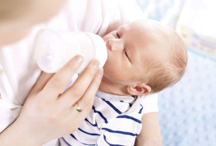 Bebé tomando leche en polvo