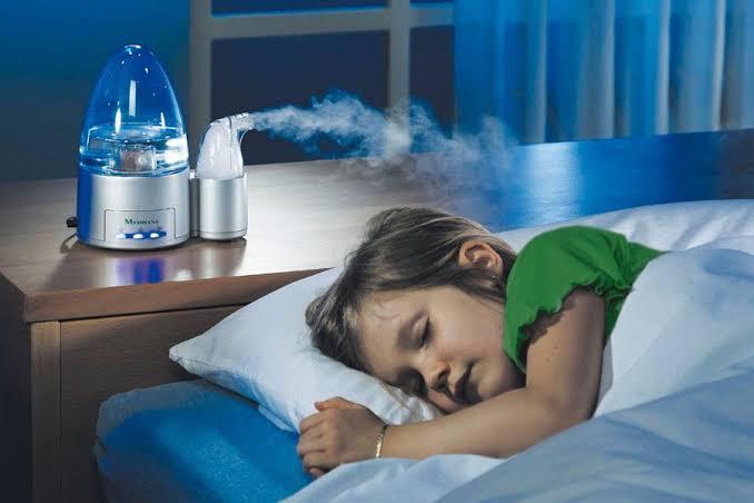 Niña dormida con humidificador