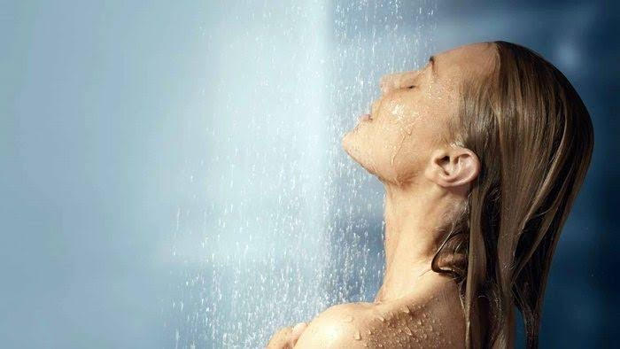 Chica bañándose con agua tibia