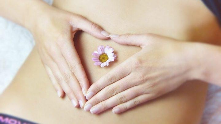 Chica con flor en el vientre