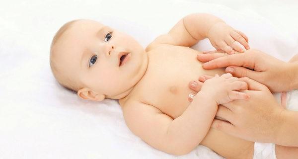 Bebé con manos de mamá en su vientre
