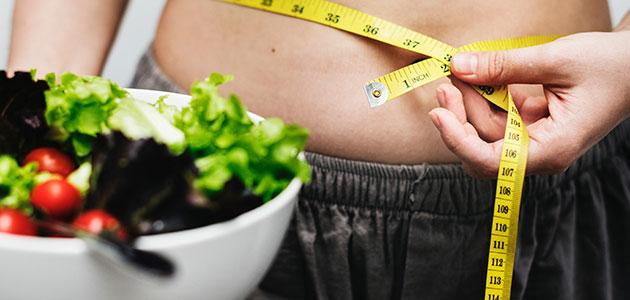 Chica comiendo sano para reducir la inflamación
