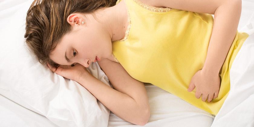 Chica con dolores menstruales