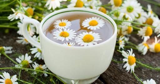 Té de manzanilla en taza con flores