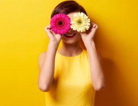 Chica con flores en los ojos