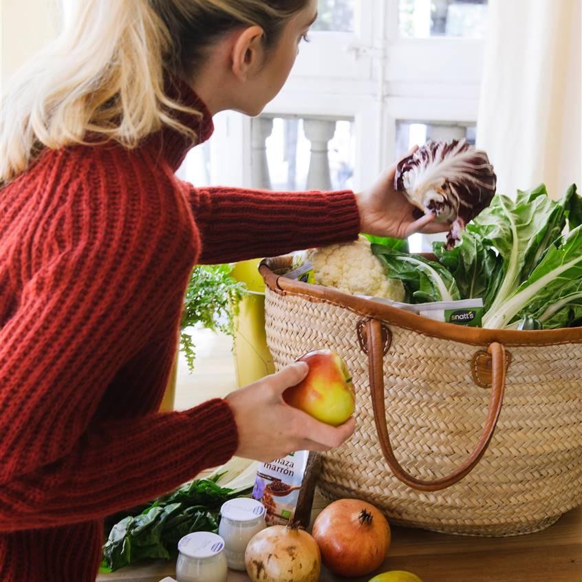 Chica eligiendo frutas y verduras