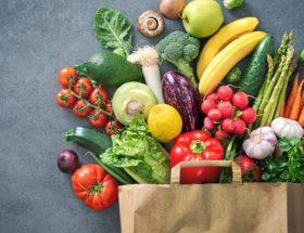Frutas y verduras en bolsa de papel