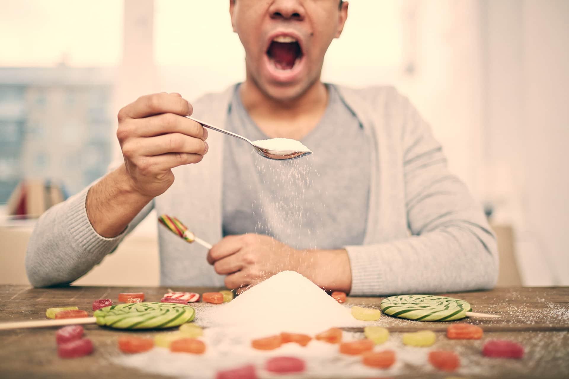 Persona comiendo azúcar
