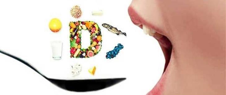 Persona comiendo alimentos ricos en vitamina D