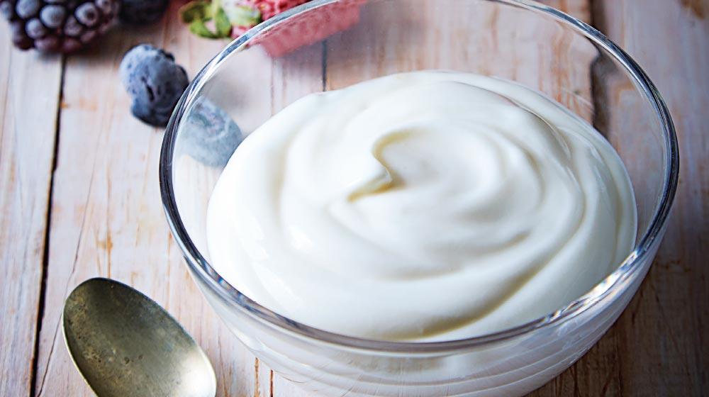 Yogurt natural en un plato de vidrio