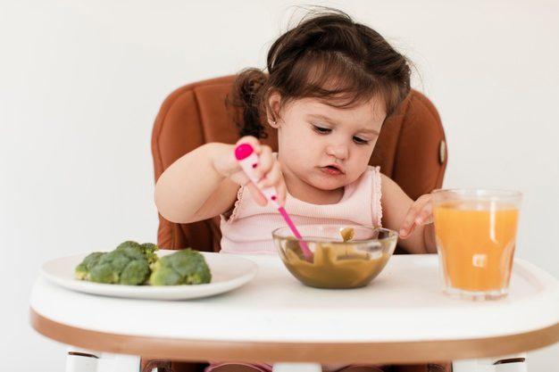 Bebé comiendo sola