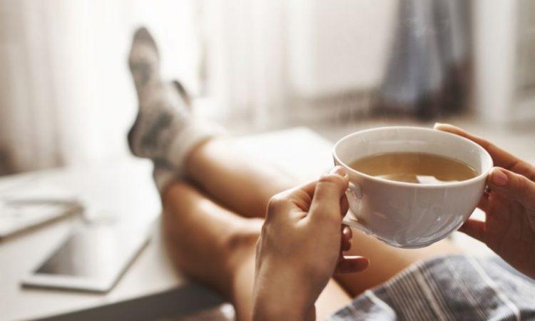 Chica relajada con una taza de té