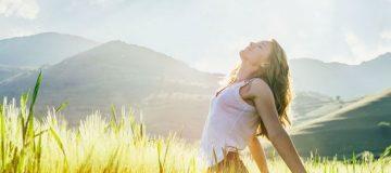 Chica respirando en un campo en el día
