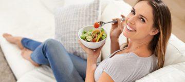 Chica sana comiendo ensalada