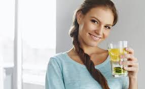 Chica tomando agua