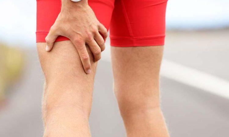 chico con dolor muscular en las piernas