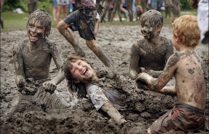 niños jugando en el lodo